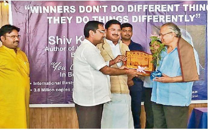 Shiv Kheda, author of 'You Can Win', reached Begusarai for Giriraj