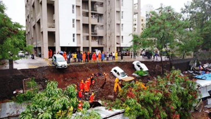 पुणे में बड़ा हादसा दीवार गिरने से 15 की मौत