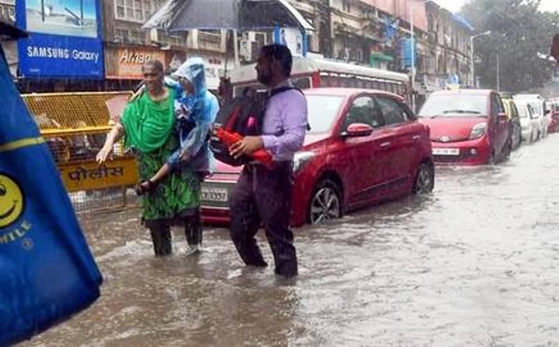 भारी बारिश से थमा शहर स्कूल-दफ्तर भी बंद