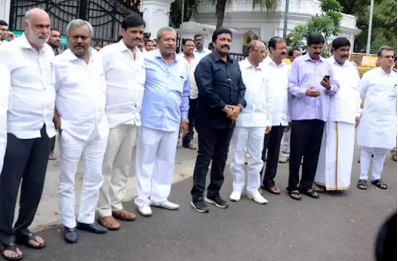 जेडीएस-कांग्रेस के बागी विधायकों ने बताया गंभीर खतरा