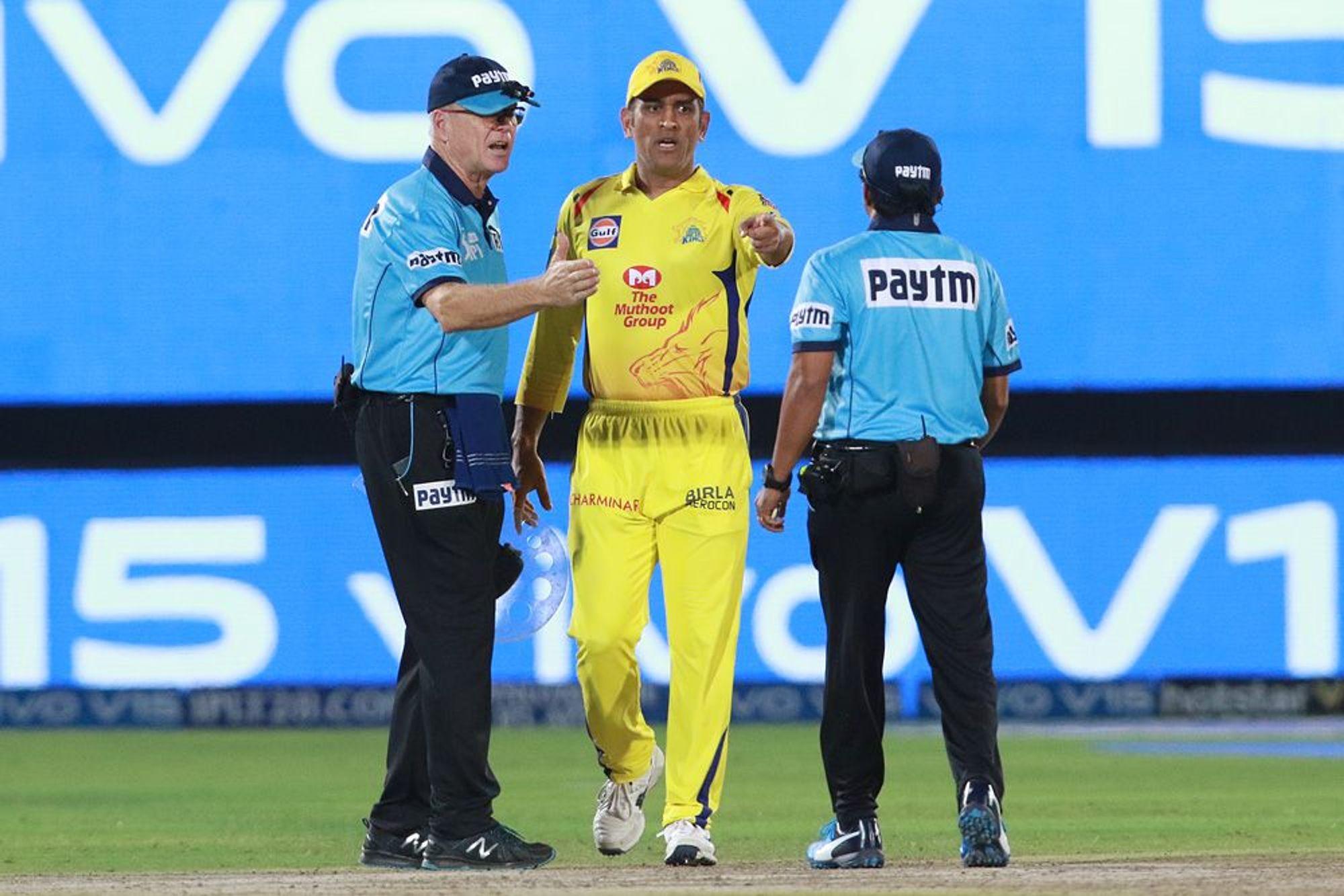 IPL: अंपायर के फैसले पर आगबबूला हुए सुपर कूल धोनी