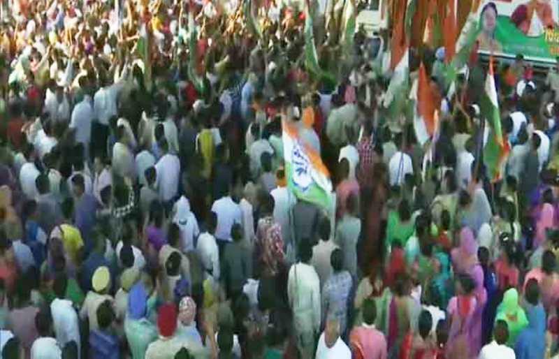 प्रियंका गांधी के रोड शो में उमड़े लोग