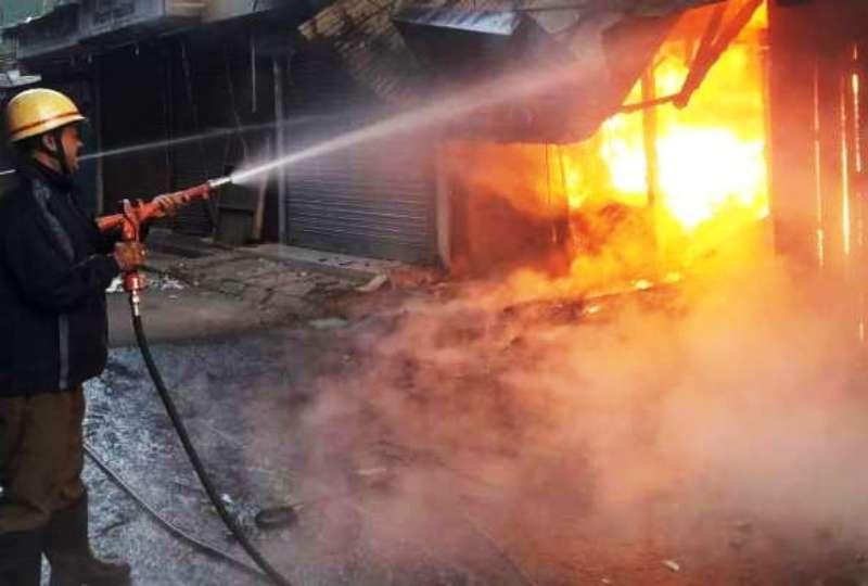 पश्चिम बंगाल के सिलीगुड़ी स्थित बिधान मार्केट में भीषण आग